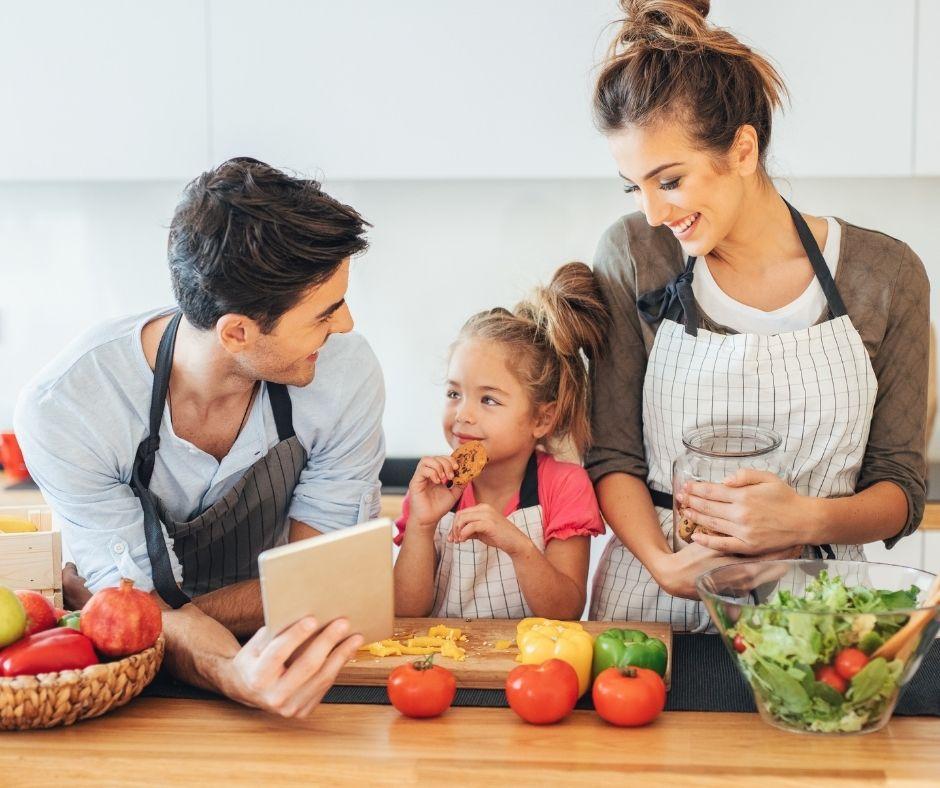 10 sfaturi pentru a-l ajuta pe copilul tău să iubească mâncarea sănătoasă